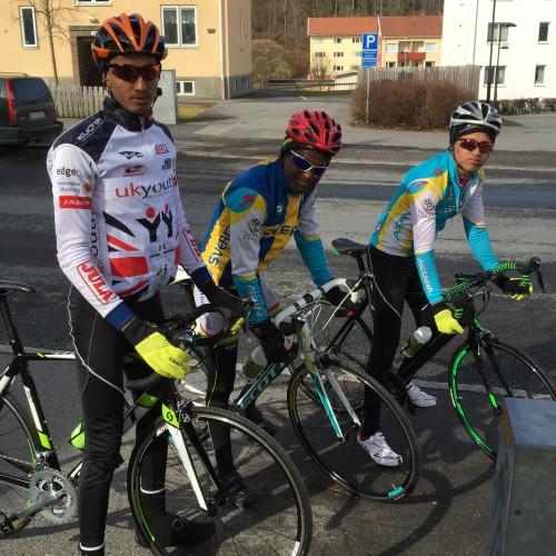 Atorbhan, Daniel och Mulue redo för premiärrundan på racer. Habtom cyklade med den snabba gruppen.